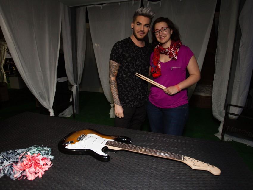 Adam Lambert com a fã que fez a maior licitação