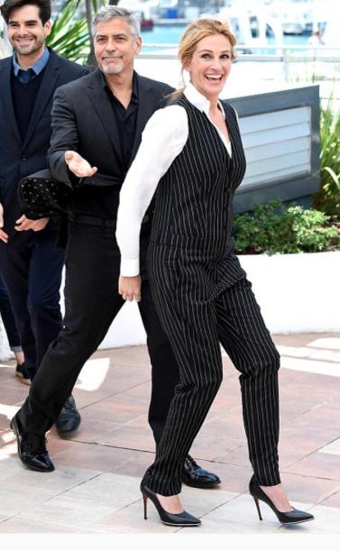 A atriz cruzou o red carpet com uma peça única de alfaiataria com riscas de giz. Para complementar o look, usou uma camisa branca por baixo.