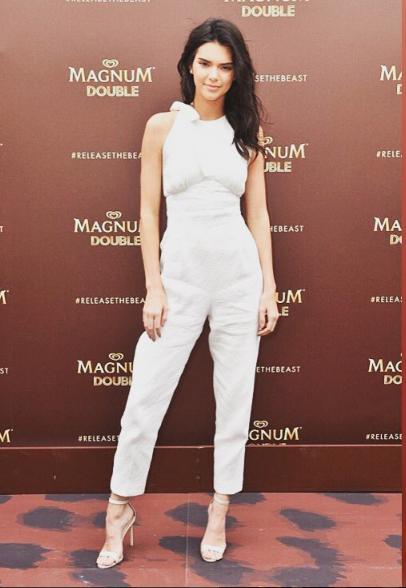Para o evento da Magnum, Kendall Jenner optou por um modelo fresco e feminino.