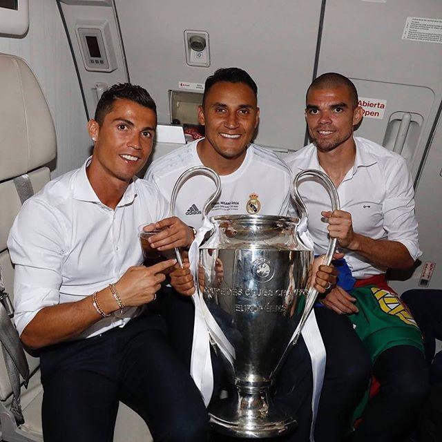Ronaldo, no voo para Madrid, com Keylor Navas e Pepe