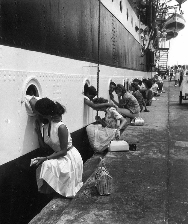Em 1963, já dentro do navio que os conduziria ao Egipto, os soldados despedem-se das mulheres