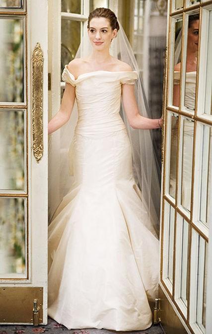 """Anne Hathaway como Emma no filme de 2009, """"Noivas em guerra"""""""