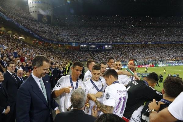 Felipe VI e Ronaldo com o troféu prestes a ser erguido