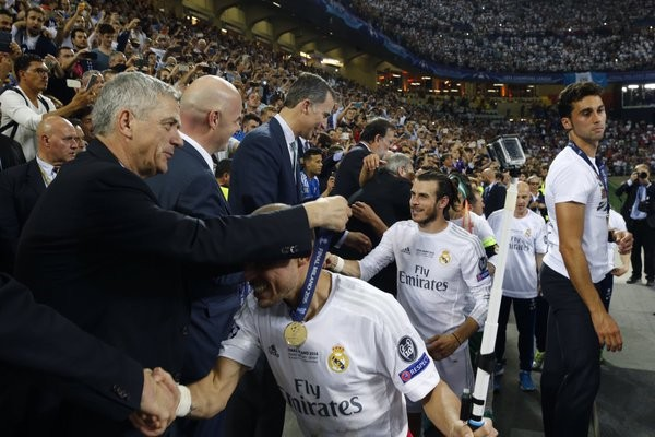 Pepe recebe medalha e Felipe VI cumprimenta Bale