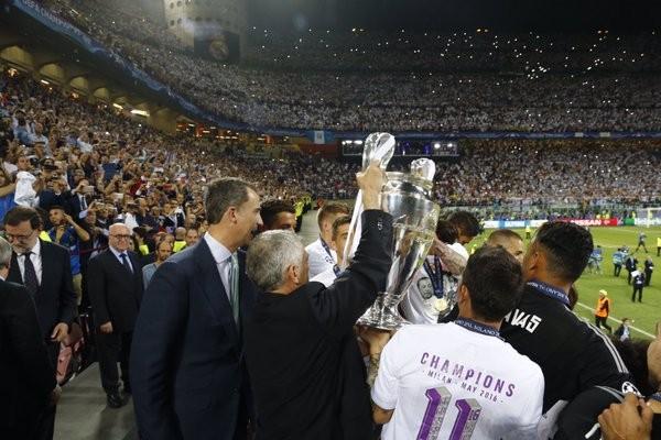 Rei Felipe entrega o troféu aos vencedores