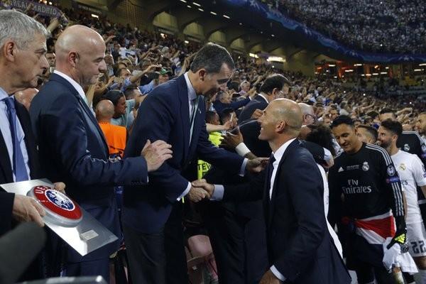 O Rei de Espanha com o treinador do Real, Zidane