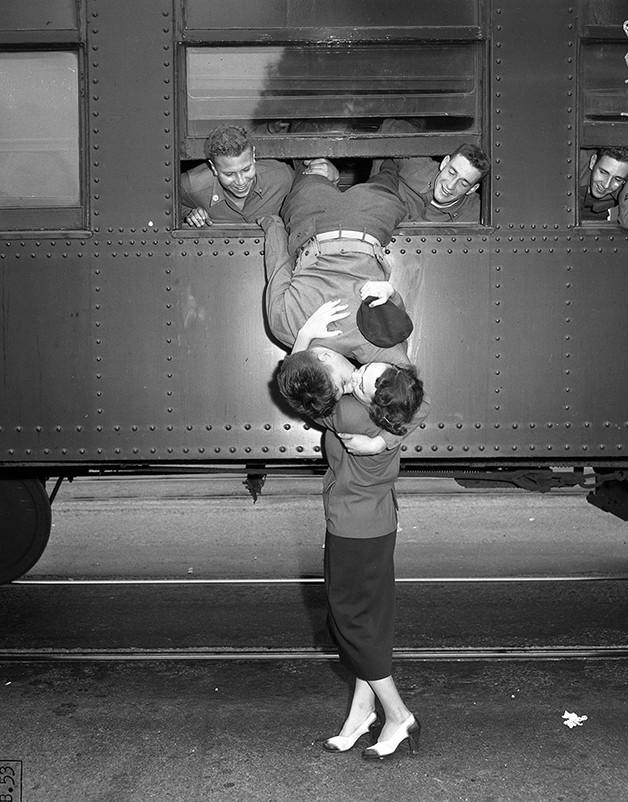 Com a ajuda dos colegas, soldado despede-se da namorada antes da Guerra da Coreia