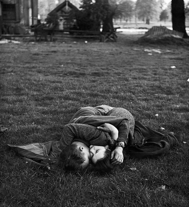 O reencontro de um casal inglês, no Hyde Park, após o fim da II Guerra Mundial