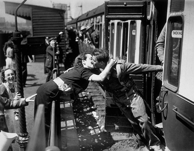 O regresso de um inglês após a II Grande Guerra celebrado com um beijo antes do comboio parar