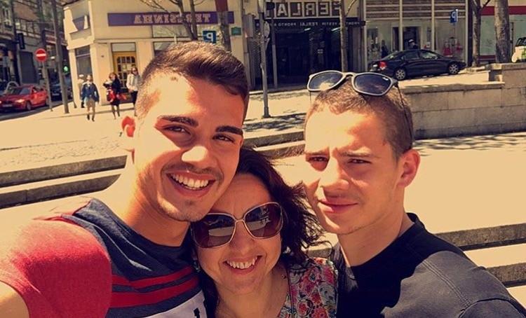 André Silva com a mãe e o irmão