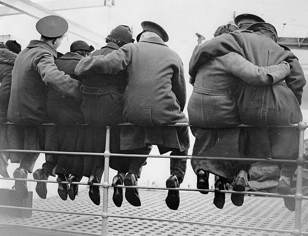 Soldados ingleses despedem-se das mulheres antes de irem para o Egipto