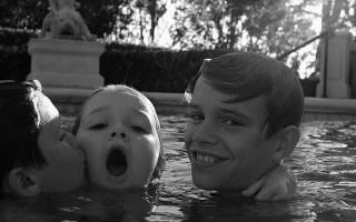 Romeo, Cruz e Harper divertem-se na piscina