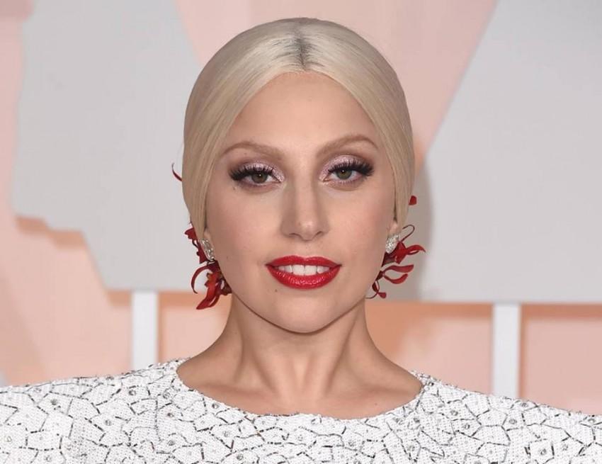 - A cantora, Lady Gaga, só aceita números de mesas e cadeiras pares no seu camarim. Além disso, exige sempre que alguém a sirva para fugir da má sorte.