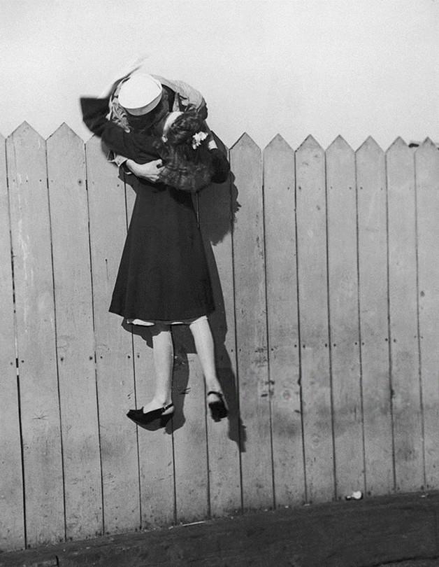 Mais um beijo inglês a celebrar o fim da II Guerra Mundial