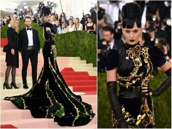Katy Perry no seu estilo Família Adams