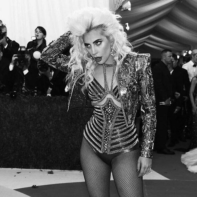 Lady Gaga arrojada mesmo a preto e branco