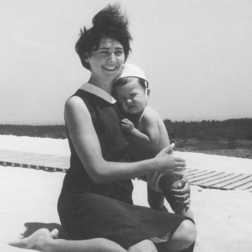 O estilista Miguel Vieira partilhou uma foto de quando era bebé, com a mãe