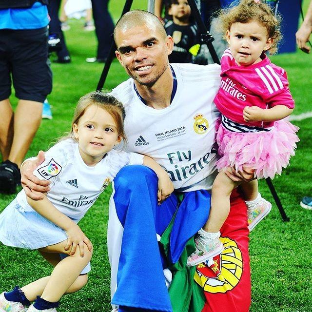 Pepe com a família a festejar o título