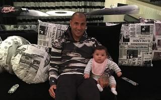 Pai e filha bem juntinhos a ver televisão