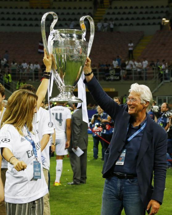 Richard Gere também ergueu o troféu