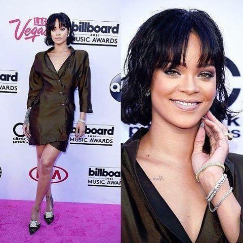 Rihanna sorridente à chegada