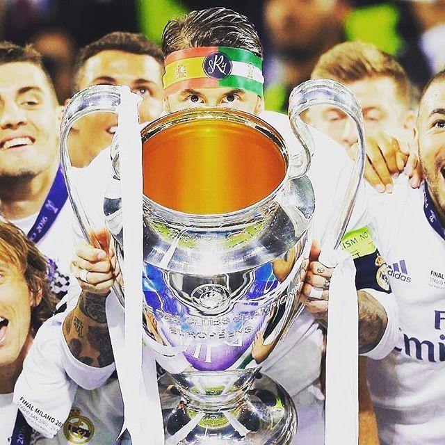 O capitão prestes a erguer o troféu