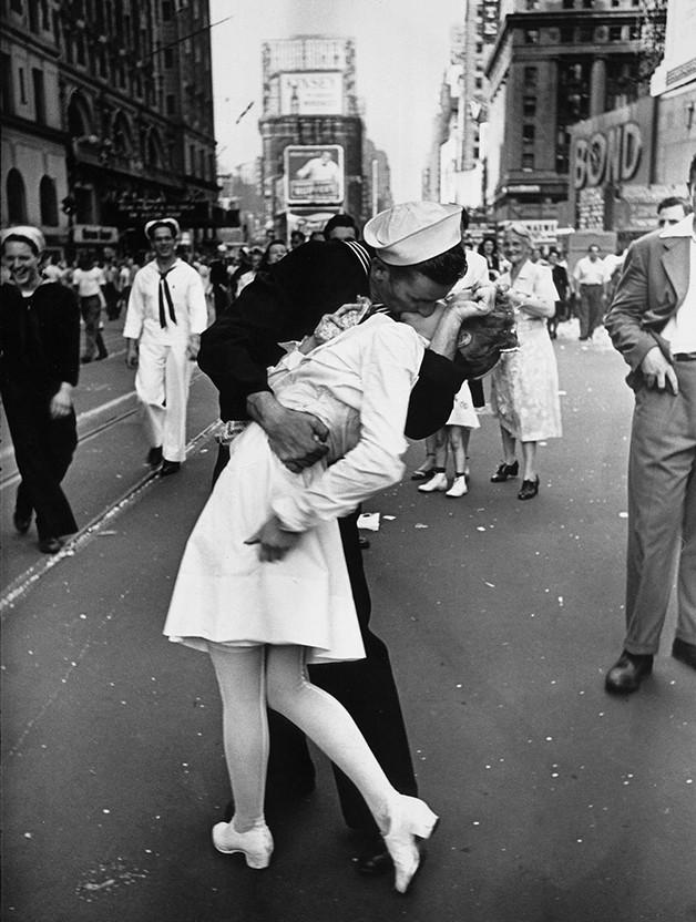 Em 1945 dois desconhecidos celebraram o fim da II Guerra Mundial com um beijo