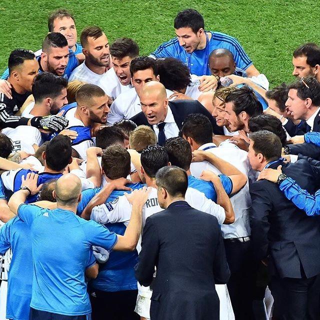 O treinador Zidane rodeado pelo grupo