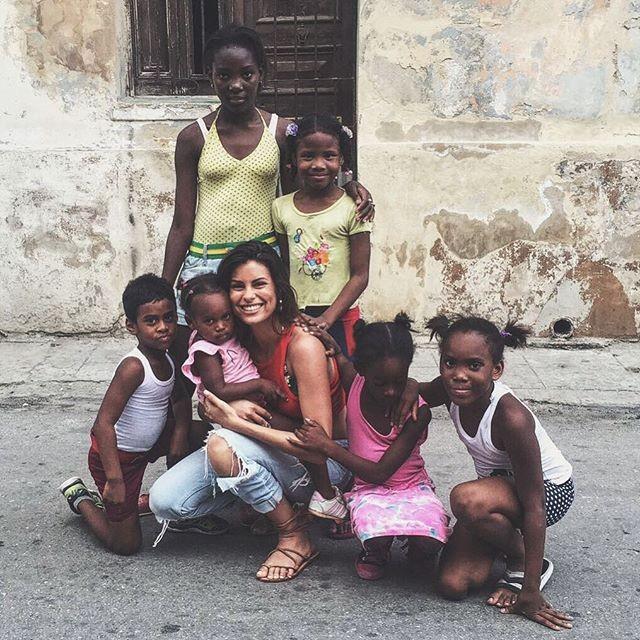 Embora tenha sido apresentada como nova apresentadora do Fama Show, Carolina continua de férias em Cuba
