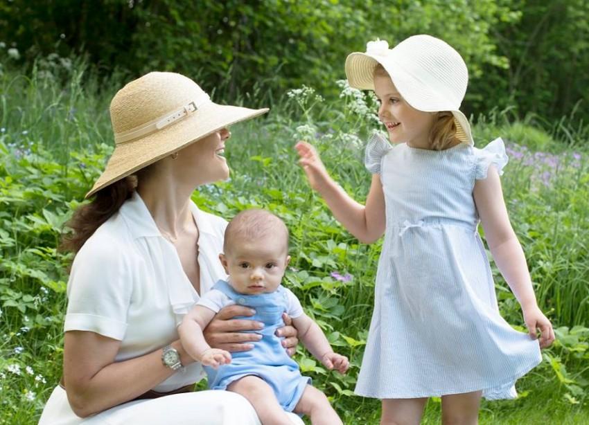 Victoria com os filhos, Estelle e Oscar