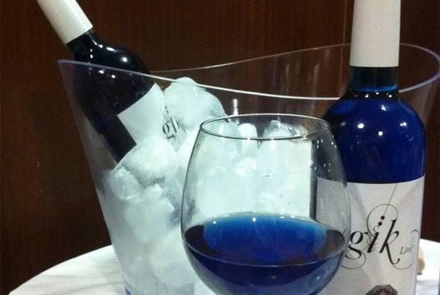 Espanhóis-produzem-primeiro-vinho-azul-do-mundo.-2-630x423