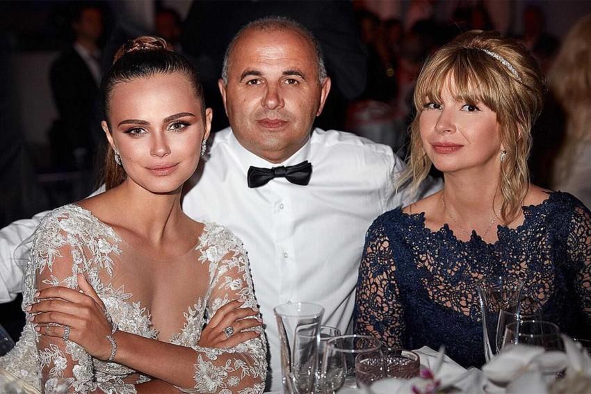 Xenia Deli com os pais