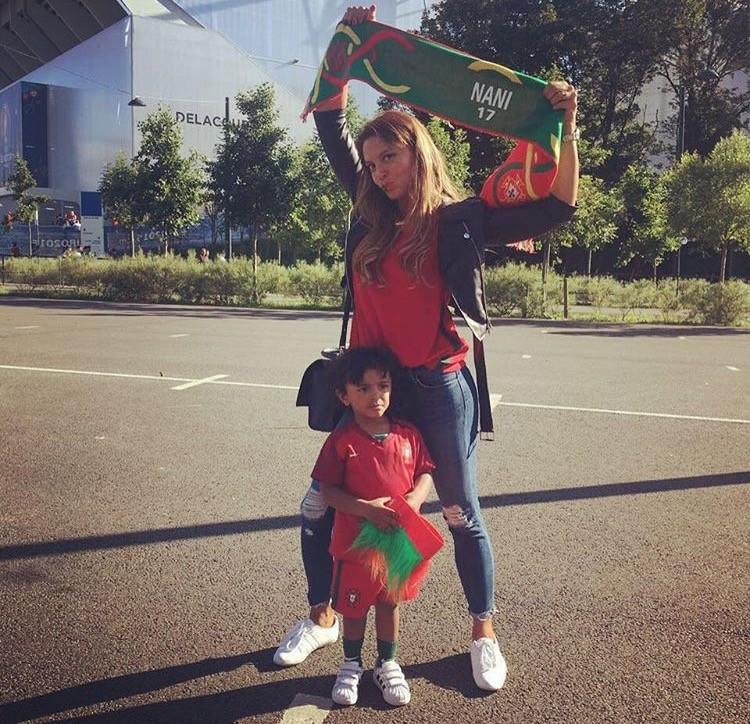 Daniela, a mulher do jogador, e o filho Lucas, são os maiores fãs de Nani