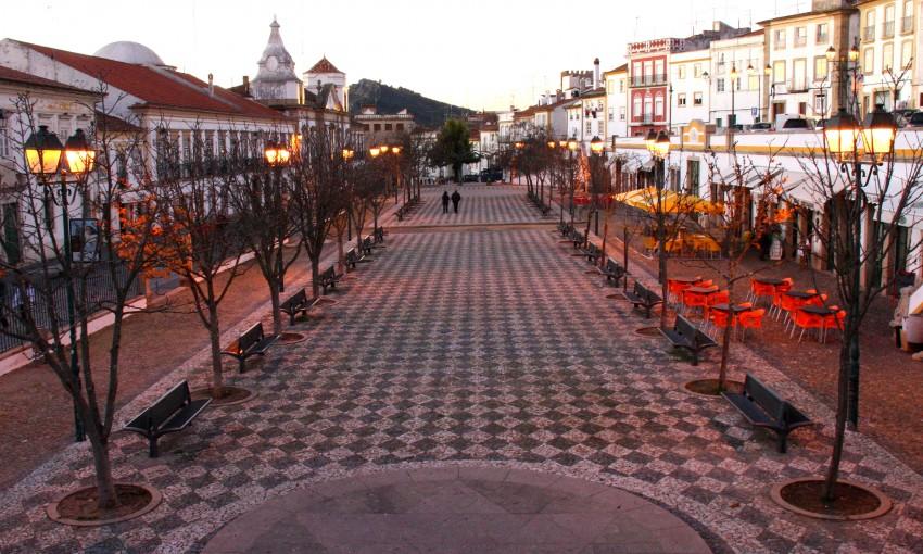 A Praça da República em Portalegre foi o local escolhido para alojar um ecrã gigante que vai passar todos os jogos do Europeu. A animação está a cargo dos bares que funcionam nesta zona.