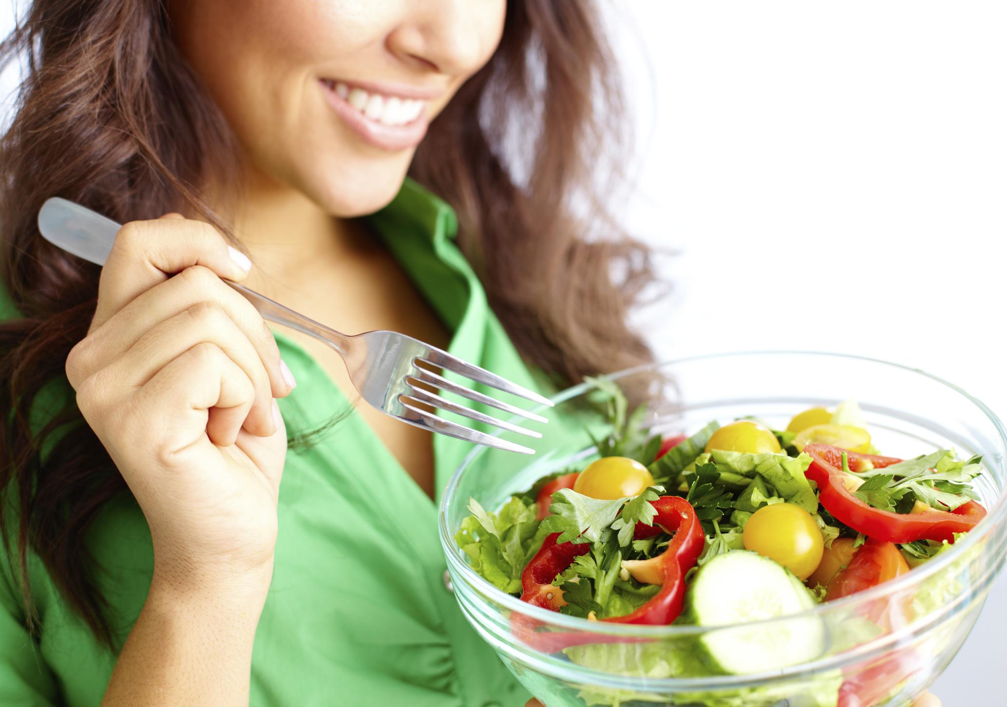 Resultado de imagem para mulheres gostosas comendo frutas