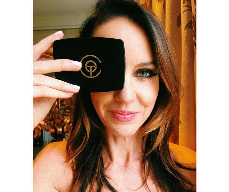 A criadora Katy Stoka a usar as pestanas 'magnéticas'