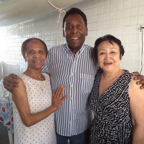 Pelé com a mãe e a sogra