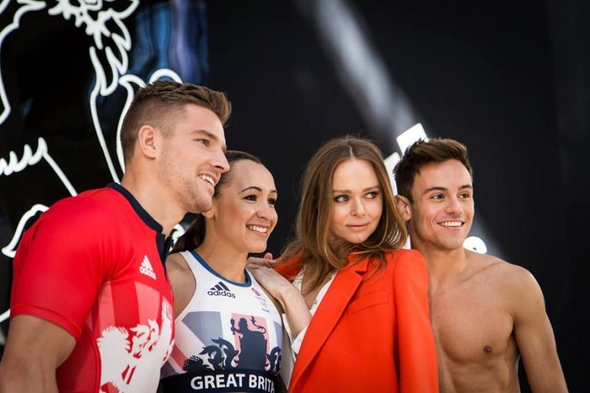 Stella McCartney e alguns dos atletas do Reino Unido