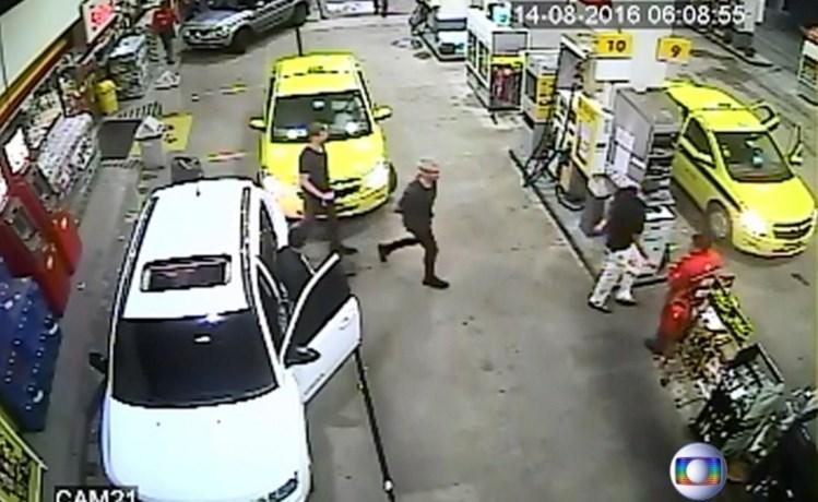 Imagens de vigilância que mostram os atletas a chegar de táxi à aldeia olímpica