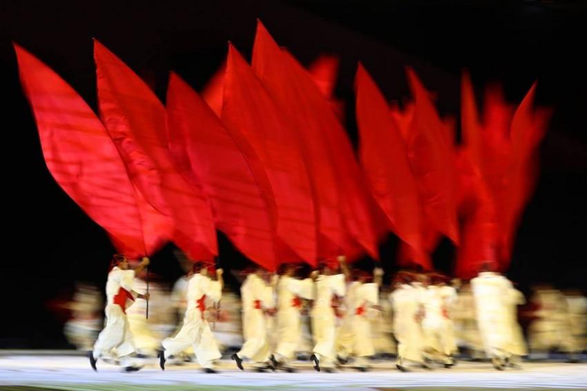 Dois outros grupos, representando ondas de imigração vindas do oriente médio e da Ásia atravessam o palco, com coreografias que mostram características de suas culturas e a dureza de suas longas viagens.