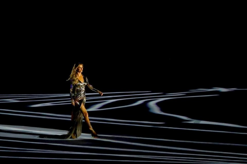 Ao som de 'Garota de Ipanema', cantada por Daniel Jobim - filho de Tom Jobim -, a modelo Gisele Bundchen desfilou. O vestido foi assinado pelo estilista Alexandre Herchcovitch e refletia obras do arquiteto Oscar Niemeyer. A manequim participou no processo criativo de elaboração do vestido