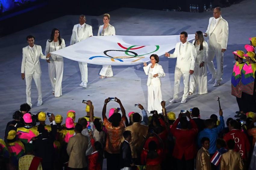 Entra a bandeira dos Jogos Olímpicos