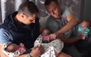 Christo e Theo Menelou, casal gay, com trigémeos biológicos