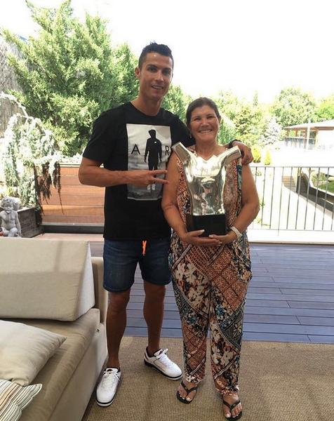 Ronaldo e Dolores Aveiro com o prémio da UEFA