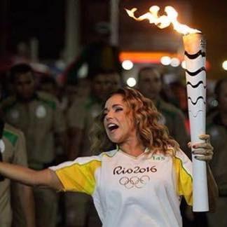 A cantora Daniela Mercury não só carregou a tocha olímpica como é a responsável pela música 'Games of Passion' que vai servir de hino dos Jogos Olímpicos para a televisão alemã