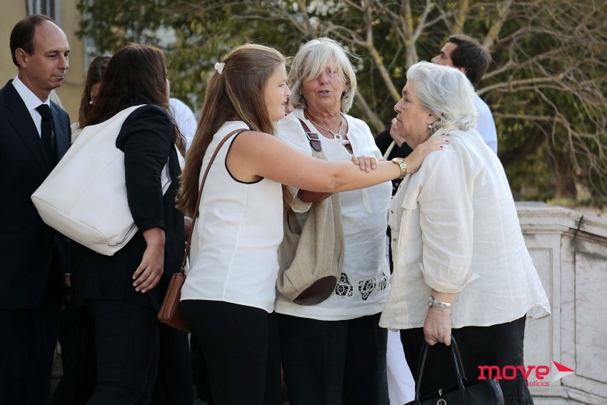 Mãe de Margarida Sousa Uva a ser confortada por familiares e amigos