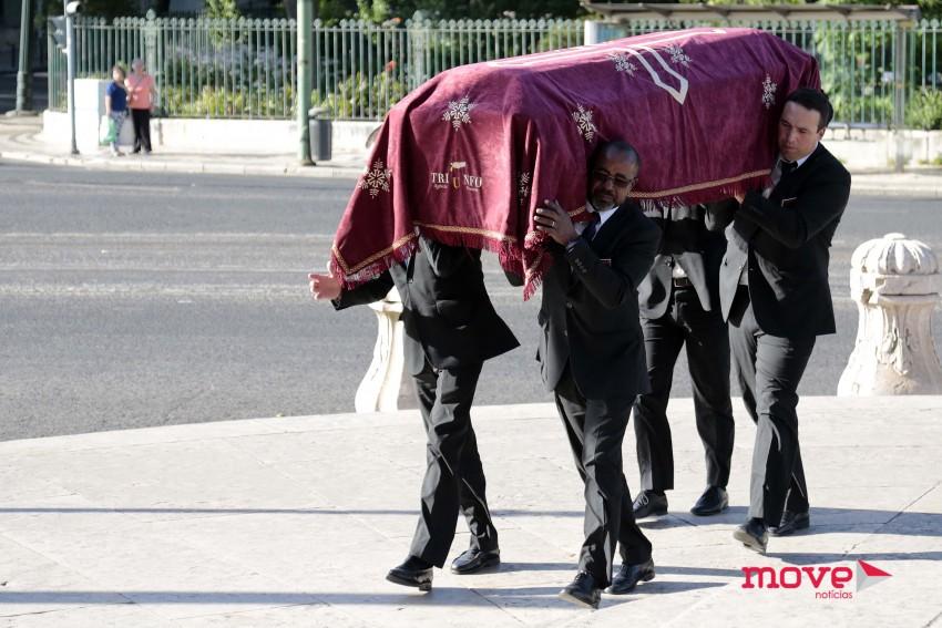 Corpo de Margarida Sousa Uva a chegar à Basílica da Estrela