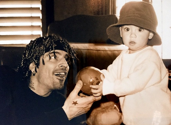 Dylan com o pai Tommy Lee
