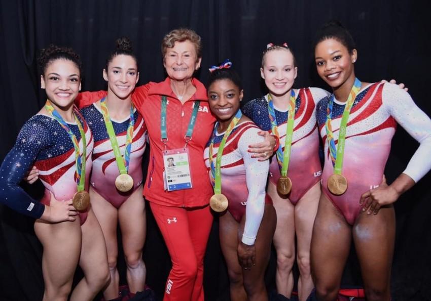 As atuais campeãs olímpicas de ginástica feminina com uma das treinadoras, Martha Karolyi