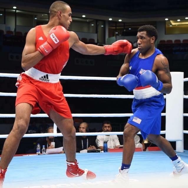 O atleta (à esquerda) durante uma luta no ringue de boxe